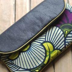 www.cewax.fr aime cette pochette à rabat en cuir et tissu wax violet et jaune