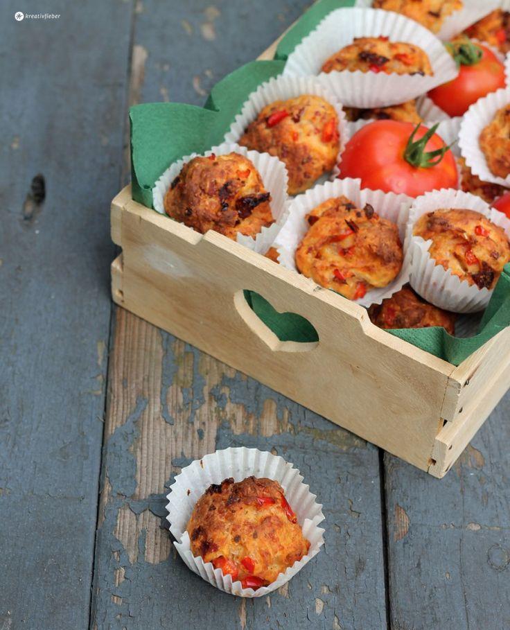 Heute gibt's ein tolles Partysnack, Proviant oder Grillrezept: Pizza Muffins Grundrezept mit Salami, getrockneten Tomaten und Paprika! Leckerschmecker!