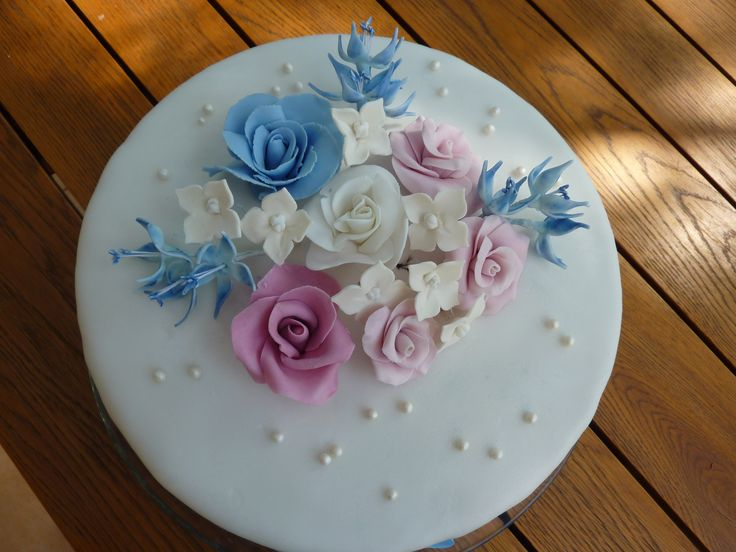 kulatý dort s modrou růží