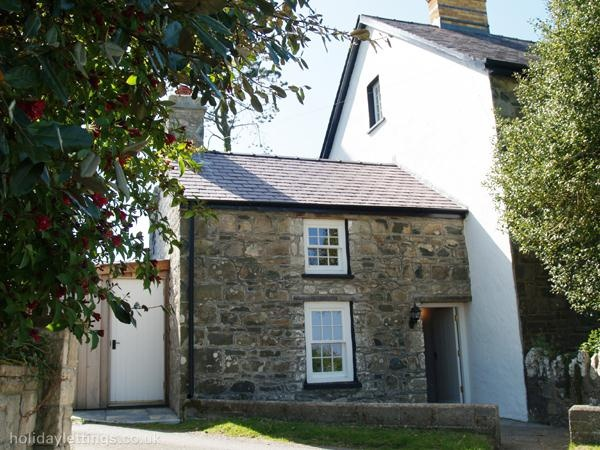 1 bedroom cottage in Newport to rent from £280 pw. With log fire, TV and DVD.