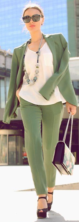 Emporio Armani Green Chic Women's Tailored Suit. In lichte lente (L1) kleuren. Schoenen zijn te donker voor dit kleurtype.