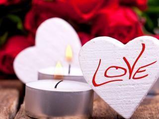 обои для рабочего стола: Сердечки с надписями LOVE и белые свечи