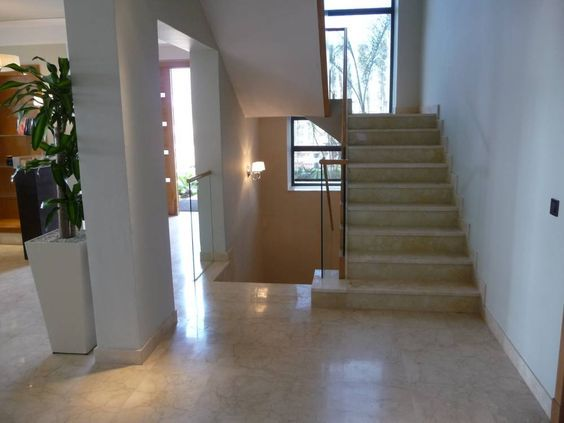 Straight stair formed by two scretchs in opposite directions. #arquitectura #design #decor #marble #cremamarfil #interiordesign #stairs // http://www.pulycort.com/proyectos/escaleras-de-marmol