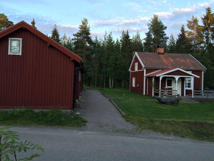 Tidig bild på del av Knaperbackens gård. Ladan delar upp gården i 2 delar.