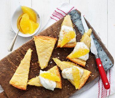 Kladdkaka+är+en+favorit+som+kan+varieras+i+oändlighet!+Och+den+här+varianten+är+en+riktig+höjdare:+gjord+med+vit+choklad,+apelsin+och+syltad+ingefära.+Servera+den+med+krämig+kokos-+och+vaniljkvarg.