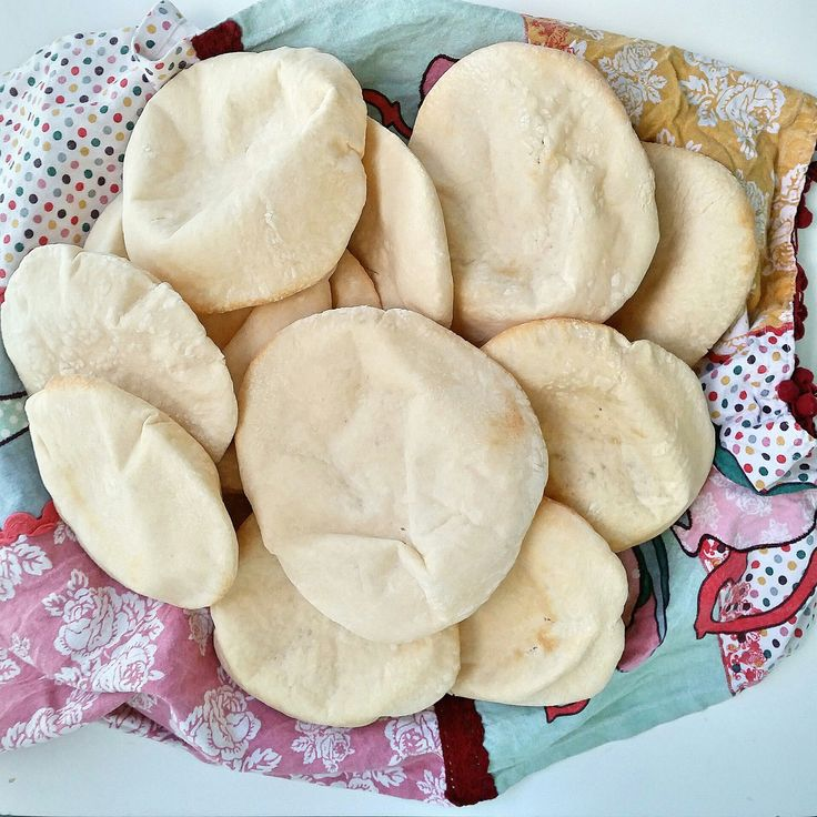 Hemmabakade pitabröd är så gott! Ladda frysen och värm när det är dags att äta. Finns inget godare än att öppna upp brödet och fylla dem med något gott.