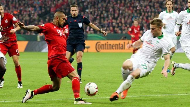 Sternberg (r.) geht in den Zweikampf, Vidal fällt ohne Berührung. Schiri Stieler hat freie Sicht, gibt dennoch Elfmeter http://www.bild.de/sport/fussball/dfb-pokal/bayern-bremen-halbfinale-45452104.bild.html