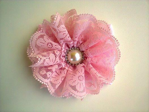 Faixa em meia de seda,flor de renda e acabamento em strass. www.elo7.com.br/acessorios fashionbaby