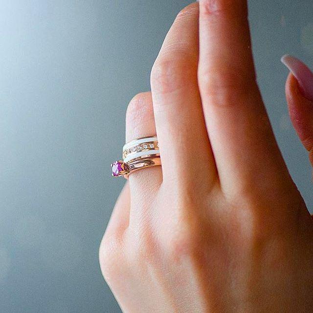 Savršen par • Elegancija rubina u vereničkom prstenu, upotpunjuje roze zlato u kombinaciji sa prelepom belom keramikom na burmi.   Wedding Centar • Prvoklasno iskustvo koje zaslužujete ✨ www.zlatara-as.rs  #weddingcentar #veridba #vencanje #wedding #vencanjeizsnova #novisad #srbija #beograd #verenickiprsten #engagementring #weddingring #burme #zlatara #zlataraas #akvamarin #morganit