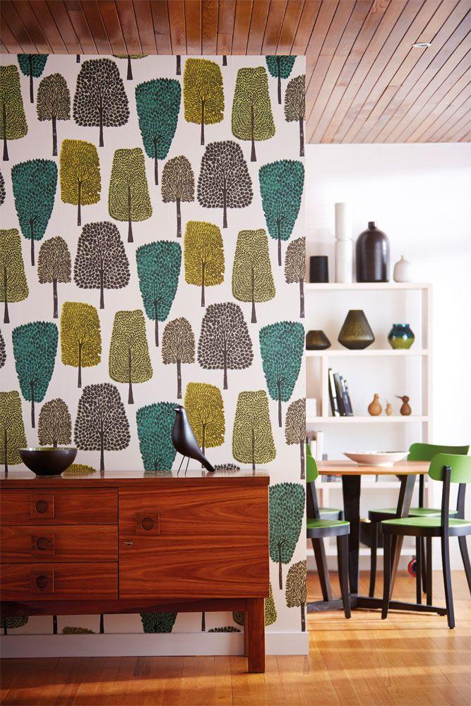 Fräcka träd i retrostil livar upp i hallen från kollektionen Levande 111083. Klicka för fler retroinspirerade tapeter till ditt hem!