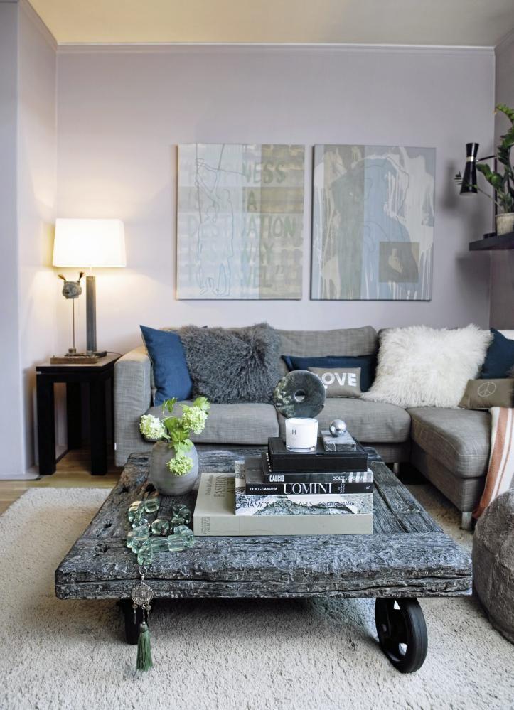 RÅTT: Den duse fargen på veggen er perfekt ramme til de rå møblene. Bord og sofa fra Konzept HP. Kunst på veggen av Tim Reinholdtsen.