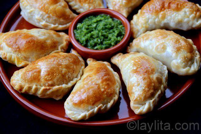 Receta fácil y deliciosa con fotos paso a paso para preparar empanadas de champiñones y queso al horno.