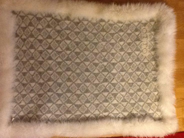 Fälltäcke- inspirerat av gamla täcken som vävdes- detta i modern tappning som stickas istället. 70 x 100 cm med mjuk lammull på ena sidan