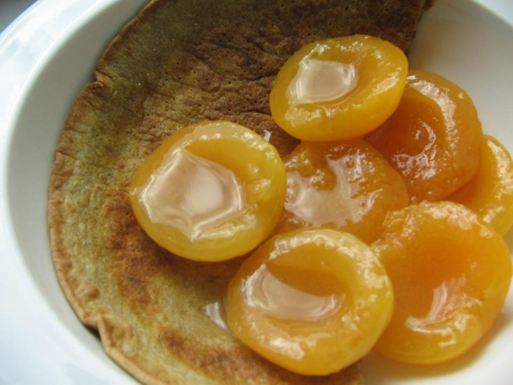 Macadamia nut & ginger pancake with apricots and almond oil. Grind down some macadamia nuts, mix with ginger, a beaten egg, a little rice flour, milk, a pinch of sea salt and cinnamon. Serve with apricots and almond or walnut oil.