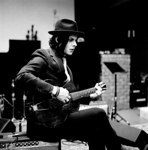I'm waiting by my doorbell, when you goin' ring it? Jack White <3