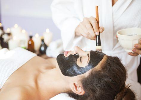 Pour détoxifier la peau, essayer le charbon végétal. Il existe des recettes faciles à préparer et surtout efficaces