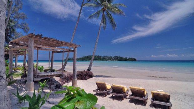 Op het nog amper ontdekte Thaise prachteiland Koh Kood ligt een van 's werelds meest luxe en fabelachtige resorts: Soneva Kiri. Zevenentwintig villa's á honderden vierkante meter met eigen zwembaden en kingsize bedden genesteld tussen de felgroene palmen en heuvels naast een verstopte privé-baai. En voordat je 's avonds dat filmpje kijkt in de openlucht-strandbioscoop,