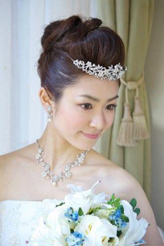 シャープなモヒカンスタイル ウェディングドレス・カラードレスに合う〜ポンパドールの花嫁衣装の髪型一覧〜