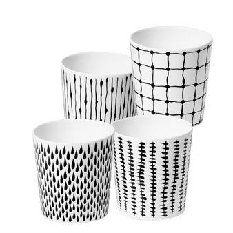 Diese weißen Becher aus Knochenporzellan wurden von Catharina Kippel für das Design House Stockholm designt. Dieses Set bestehend aus vier Bechern mit individueller Dekoration wird in einer edlen, schwarzen Geschenkverpackung geliefert.