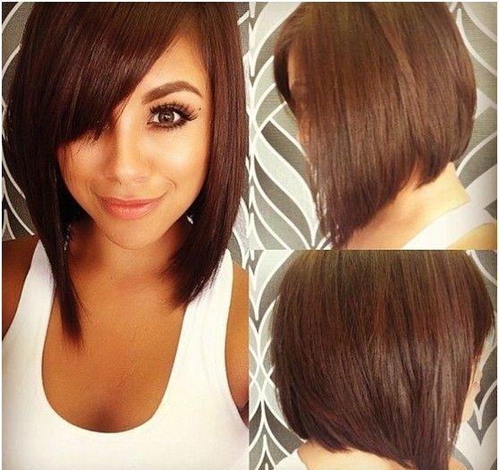Le coiffeur, pour donner un look sensuel à la coiffure de cette femme, a opté pour un beau marron chaud. Les cheveux n'ont pas été dégradés, et le carré plongeant est enjolivé d'une longue frange balayée sur le front.