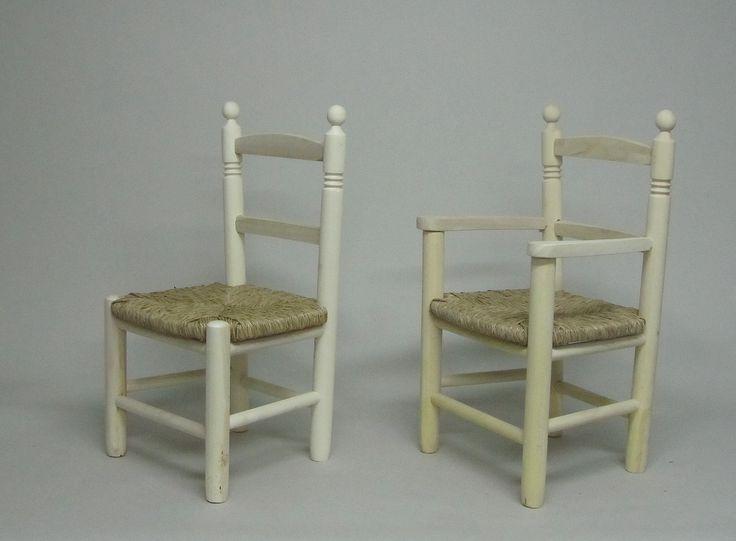 Silla y sillón infantil con asiento de enea en crudo .  Medidas : 35 x 27 x 60 cm.