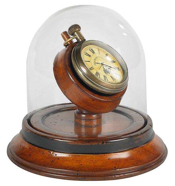 Authentic Models nos presenta en esta ocasión una réplica del típico reloj de bolsillo en latón de la época victoriana. Su grandeza radica en la formidable presentación con cúpula de vidrio soplado manualmente y base de madera de cerezo.