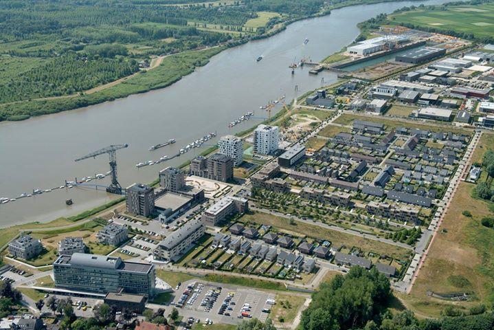 """""""De vroegere scheepswerf, beter bekend als de Boelwerf, wordt er omgebouwd tot een KMO-zone en woonzone."""" Dit is de locatie waar het verhaal zich afspeelt."""