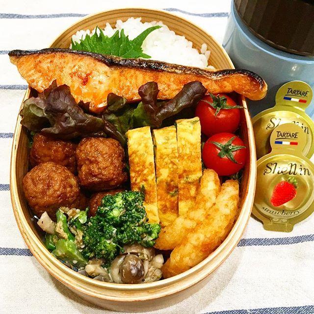 ぐっもーにん😄久しぶりのお弁当です🍱 最近は子どもも春休みに入りなんだかんだバタバタしていたし、お弁当は要らないと言われてたのでお弁当作ってなかったです😅早起きも久しぶり。さすがにこの時間は眠いわ💦春休みも残りわずか。がんばろっと💪🏻 🌸 🌸 #お弁当#曲げわっぱ#曲げわっぱ弁当#手作り弁当#卵焼き#常備菜#魚#鮭#焼き魚野菜#肉#味噌汁#サーモス#スープジャー#クリームチーズ#デザート#通勤#通学#手作り#いただきます#ごちそうさまでした##日曜日#仕事#インスタ#久しぶり#バタバタ#春休み#4月