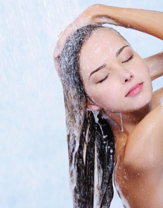 Como fazer um xampu anticaspa caseiro. A caspa é uma condição capilar muito incômoda e antiestética que se manifesta mediante uma descamação excessiva do couro cabeludo e que, além disso, pode vir acompanhada de sintomas como coceira, irri...