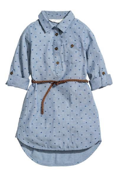 Vestido de tela con motivo estampado y cinturón extraíble. Modelo con cuello clásico, botones, un bolsillo superior con botón, mangas largas con trabilla y