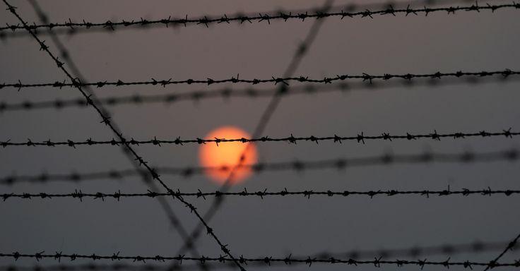 Cerca de arame farpado fotografada na fronteira entre Índia e Paquistão em R.S Pora, a sudoeste de Jammu (Índia)