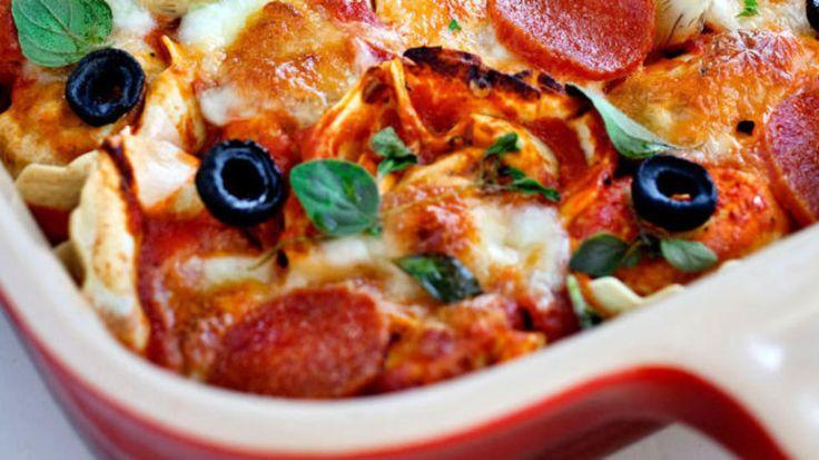 Ovnsbakt pasta: Tortellini med tomatsaus i ovn.  Oliven kan sløyfes.