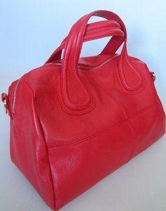 Rodeleren tas deze tas kunt u gebruiken als handtas incl.schouderriem Binnenin is mooi bekleed met duurzaam materiaal, heeft meerdere ritssluitingen.