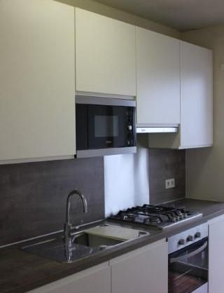 Merksem: alles-erop-en-eraan keuken mét heel veel bergruimte en deur naar terras. Klaar voor de bbq's!