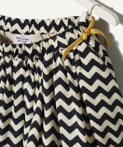 LA JUPE ASTRONOME :                     Une jupe féminine et très moderne que votre puce va adorer ! Pull ou tee-shirt pour l'accompagner, à vous de choisir !             LA JUPE ASTRONOME, taille élastiquée et noeud, doublure, print.