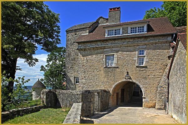Rue de la Roche, porte de l'ancienne abbaye de Château-Chalon; construite au XVIe siècle en pierre calcaire, elle est munie d'un passage en plein cintre.
