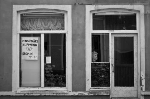 Fotografers val av motiv är intressant - Jag tror det är få infödda Varbergsbor som skulle komma på iden att fotografera gamla Boreköp på Prästgatan (nu rivet) på det här sättet