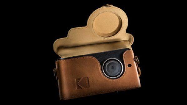 """Kodak Ektra kosztować ma 500 euro, a premierę zaplanowano jeszcze na ten rok.  Kodak opisuje telefon na stroniejako """"kładący nacisk głównie na zdjęcia w profesjonalnej jakości"""". Jego produkcją zajmuje się firma Bullitt, która odpowiada już za urządzenia m.in. dla Cata czy Land Rovera.Matryca głównego aparatu smartfona ma 21 megapikseli. Smartfon nie jest przeznaczony na …"""