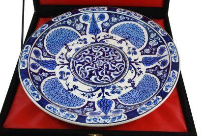 Özel Koleksiyon Hediyelik Çini Tabak 30cm, Kadife kaplı ahşap kutusunda eşsiz bir sunum.     2014 yılında Osmanlı Dönemine ait İznik Çini tabak Londra'daki Christie's müzayede evinde 1 milyon 426 bin 500 sterline (yaklaşık 5 milyon TL) alıcı buldu. 1510'lu yıllara ait olan tabak, selvi ağacı deseni ve mavinin tonlarını içeriyor.     İznik çinileri eskimez, modası geçmez torunlarınıza miras olarak bırakabilirsiniz.