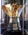 Photo couleur du trophée Maurice Richard dans une vitrine.
