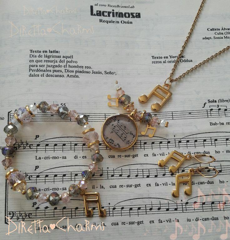 Set con 2 collares + pulsera + aretes. Hecho en acero y goldfield con colgante en resina, muranos y dijes de signo de musica Corchea. Personalizalo como más te guste. $48.000 cop.  Diretta ♥ Charms Accesorios que resaltan tus encantos.  Info wtp + 57 3127080891. Envíos nacionales e internacionales.  #DirettaCharmsAccesorios #DirettaAccesorios #collar #pulsera #aretes #collection #newcollection #new #news #rose #pink #grey #gold #music #musica #musical #socute #beautiful #bello…