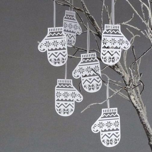 Декор к Новому году своими руками. Снежинки ❄️дети делают с детского сада для украшения елки и окон. Можно сделать вот такую варежку как на фото. Нужна плотная бумага, принтер, канцелярский нож, веревочки, свободное время и руки из правильного места. Очень классная идея с новогодними открытками в виде варежек, которые может сделать 5-6 летний ребенок самостоятельно Для этого берем: картон, складываем пополам, рисуем и вырезаем варежки. Сверху можно украсить мозаикой, стразами, нарисовать...