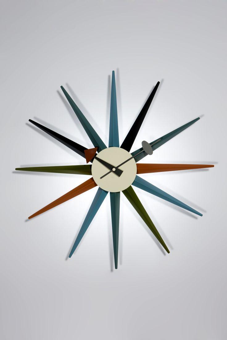Walnut Sunburst Clock, George Nelson, 1949. Riedizione del Sunburst Clock, designato nel 1950 da George Nelson.