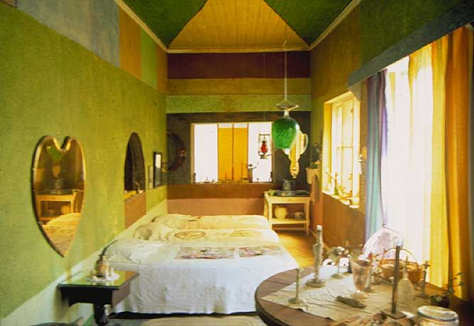 Google Image Result for http://www.blogcdn.com/www.gadling.com/media/2007/02/l-bedroom.jpg