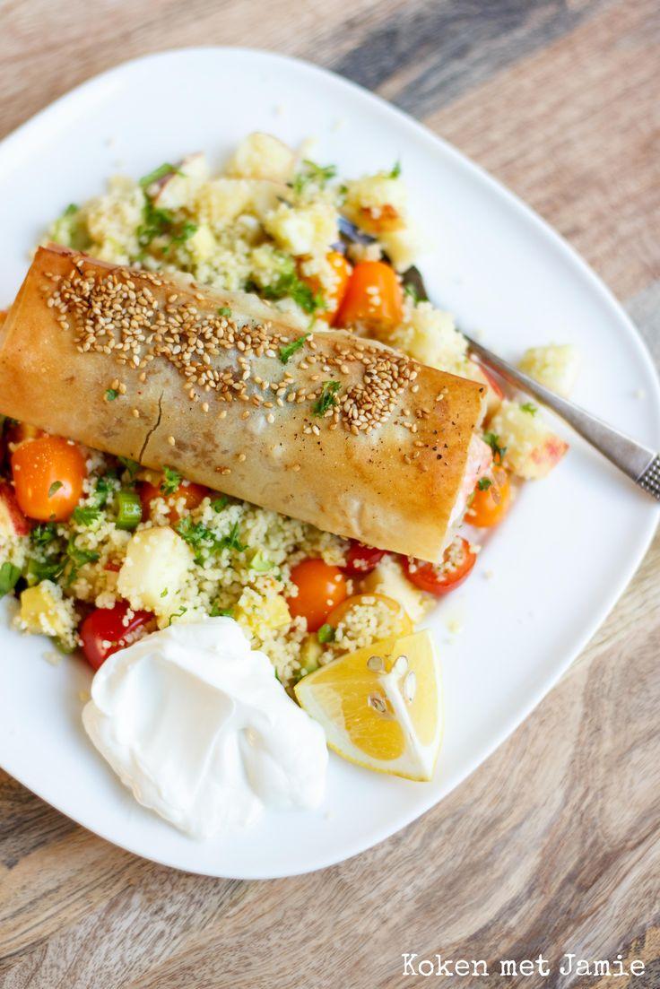 Dit recept is geïnspireerdop de Midden-Oosterse keuken waar couscous en filodeegpopulaire ingrediëntenzijn. Filodeeg is een dun deeg dat in grote vellen, diepgevroren, gekocht kan worden (gewoon bij je supermarkt). Hetwordt zowel in zoete als in hartige gerechten gebruikt. In dit gerecht maak je er een vispakketje mee gevuld metbosui, citroenrasp en peterselie. Je serveert er …
