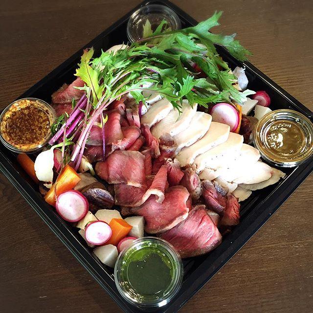 本日のデリバリー party set Bのメイン お誕生日会にお届けしました♪ A5和牛サーロインのローストビーフ& 鶏胸肉の低温調理 実家の無農薬野菜と共に 『紫水菜や赤い蕪のもものすけがお気に入りです!』 www.privatechef.jp  #ケータリング #デリバリー #出張シェフ #プライベートシェフ #女子会  #ママ会 #ママ友 #キッズ  #タワーマンション #パーティールーム #オシャレ #美味しい #ホームパーティー #誕生会 #A5ランク #和牛 #ローストビーフ #紫水菜 #もものすけ #privatechef #catering #delivery #organic #vegetable #roastbeef