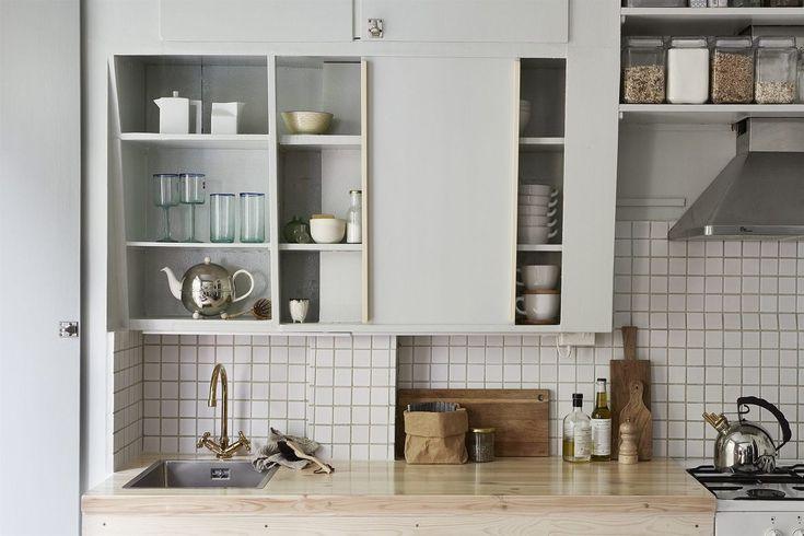 Простую и незамысловатую кухонную мебель очень оживляет столешница из светлого дерева. .