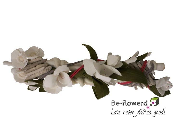 Mooi liggend boeket voor op de trouwtafel: een center piece met gladiolen. www.be-flowerd.nl