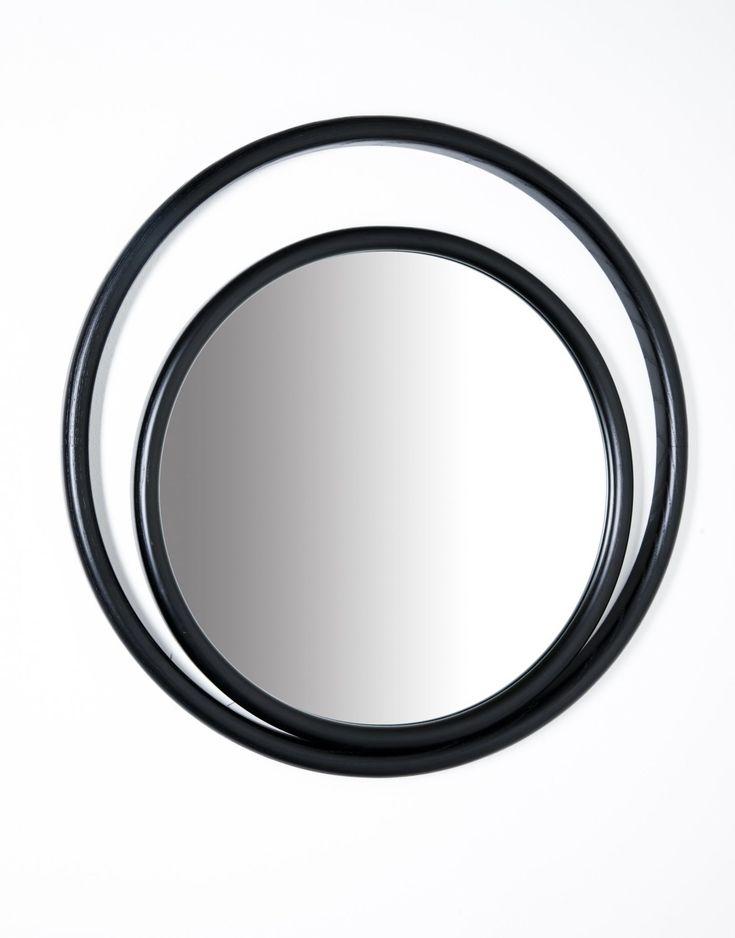 Forme geometriche semplici, circolari e ovali combinate, ricreano suggestioni scenografiche che evocano il potere mistico dell'occhio e definiscono il profilo degli specchi EYESHINE ideati dalla designer Anki Gneib. Il legno massello curvato a vapore racchiude la superficie riflettente e si modula su differenti grandezze, amplificando l'eco indagatore dell'occhio. Dimensioni Altezza: CC1 64 cm, CC2 32…