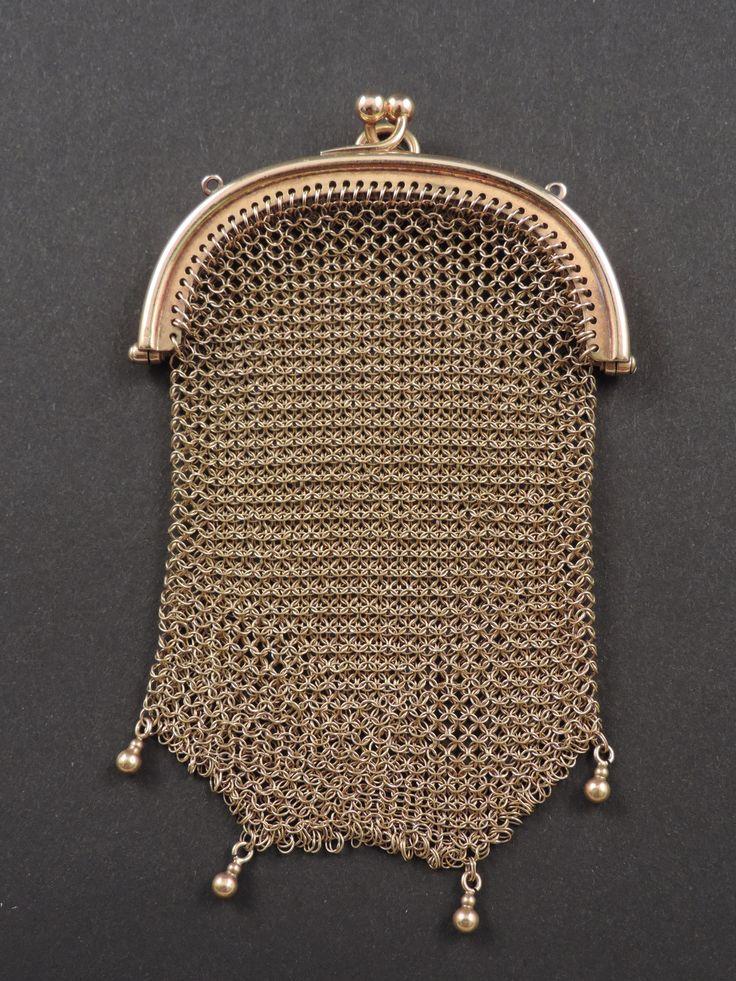 Rara piccola borsetta in maglia d'oro 18 carati di epoca Belle Epoque (1880-1914), con punzone francese che ne attesta il titolo (testa d'aquila). Quattro perle, anch'esse d'oro, decorano il fondo della borsettina, che è in perfette condizioni di conservazione ed ha il peso di 32 g. In vendita su www.mirabilia.gallery per 1.626,00 € (Iva inclusa).